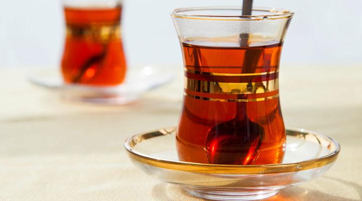 دم کردن چای خوش طعم - یک استکان چای نشاطآور