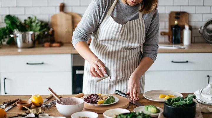 آشپزی نوعی تفریح در خانه در روزگار کرونا است