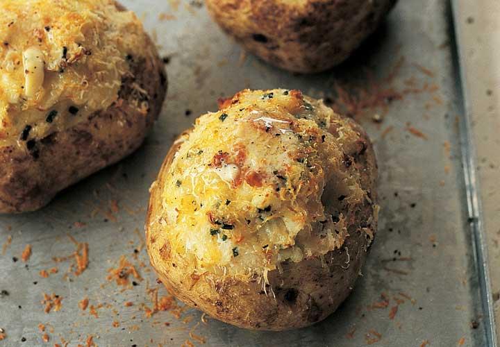 ۱۳ وعده غذایی گیاهی که کودکان عاشق آن میشوند - سیب زمینی شکم پر محتوی پنیر بوده و برای کودکان جذاب است.