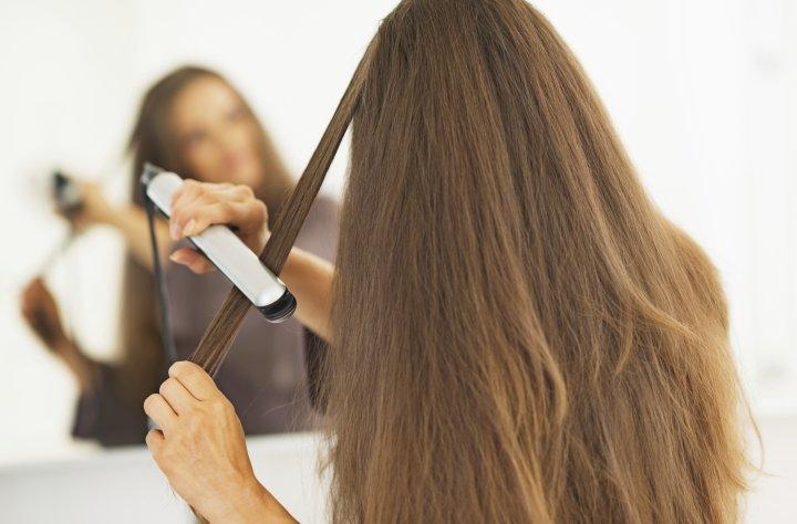درمان خشکی مو - استفاده نکردن از اتوی مو برای جلوگیری از خشکی موها