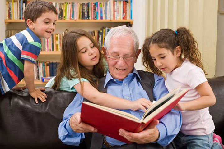 کودکان از طریق شنیدن داستان زدنگی بزرگترها چیزهای مهمی مثل سخت کوشی میآموزند