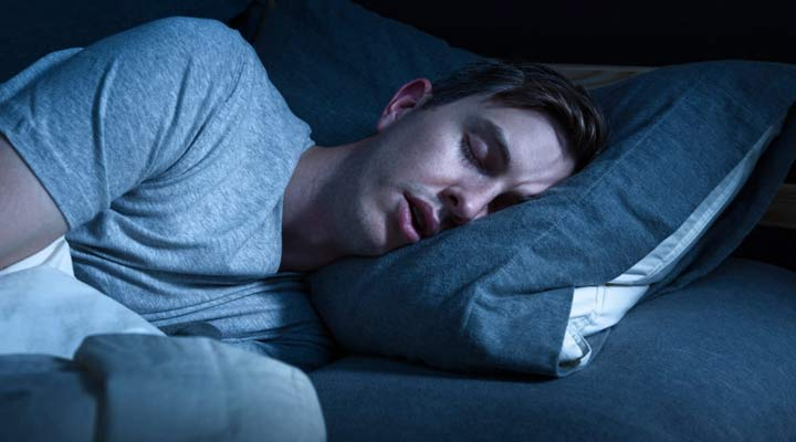 کاهش وزن سریع - داشتن خواب کافی به کاهش وزن کمک می کند.