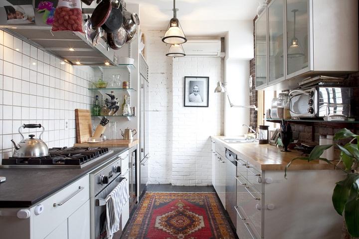 برای بزرگ نشان دادن آشپزخانه از فرش یا قالیچه استفاده کنید.