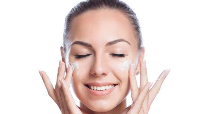 استفاده یک بانو از مرطوبکننده در آرایش تابستانی