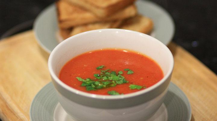 خواص سوپ - خوردن سوپ همرا با نان و سالاد میتواند از آن یک غذای کامل بسازد.