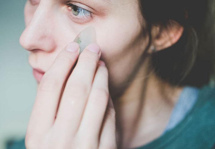 استفاده از یخ برای درمان جوش صورت