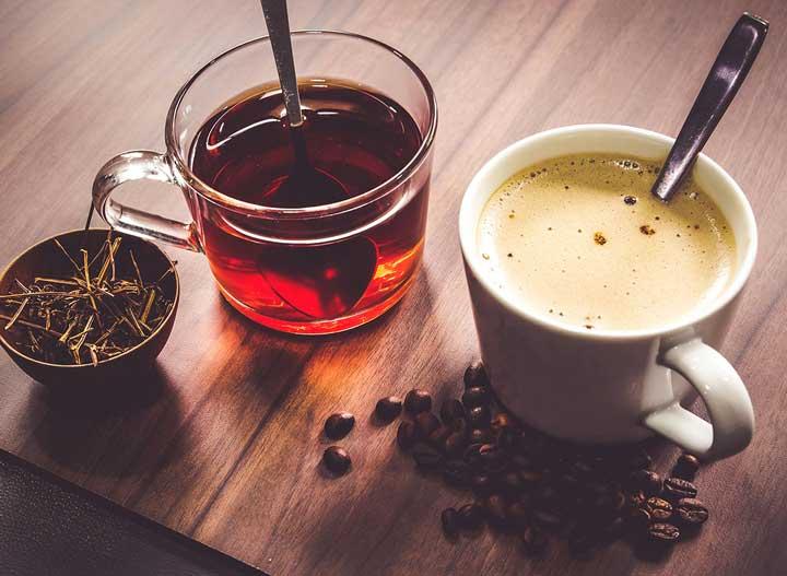 مصرف چای یا قهوه یکی از راه حلهای مقابله با کمخوابی است.