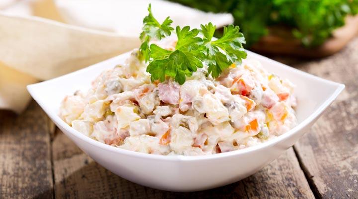 سالاد روسی سرشار از مواد مغذی مانند فیبر و پروتئین است.