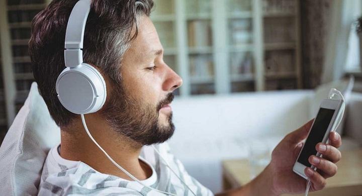 گوش دادن به موسقی یا نواختن ساز برای تقویت ذهن مفید است.