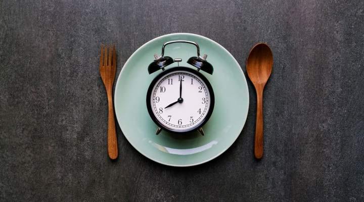 بهترین زمان خوردن شام برای لاغری چه زمانی است؟ - دیر شام خوردن تاثیر منفی چشمگیری در توانایی چربی سوزی بدن دارد.