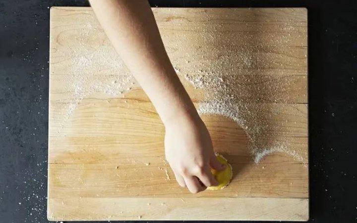 تمیز کردن تخته خرد کردن گوشت و سبزی با لیمو - تمیز کردن آشپزخانه