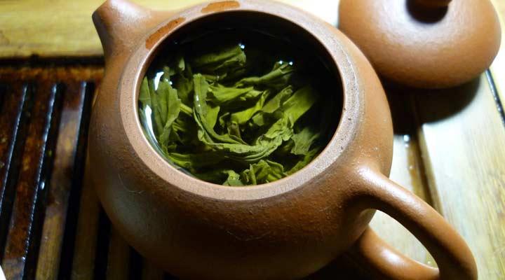 چای سبز با داشتن اسید آمینه تیانین به خوابیدن کمک می کند.