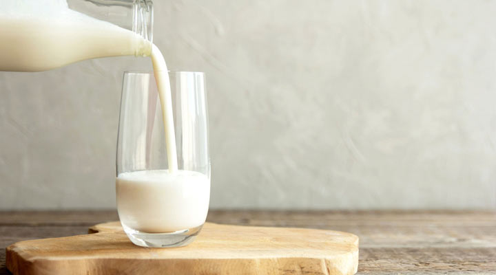 ۸ نوشیدنی فوقالعاده برای تنظیم فشار خون - شیر با دادابودن کلسیم به تنظیم فشار خون کمک می کند.