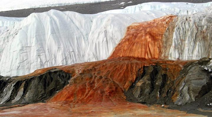 آبشار خون در قطب - عجیبترین جاذبههای طبیعی دنیا