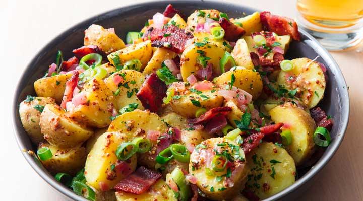 ۱۰ غذای خوشمزه با سیب زمینی - سیب زمینی لهشده با سیر و پنیر باید گرم سرو بشود.