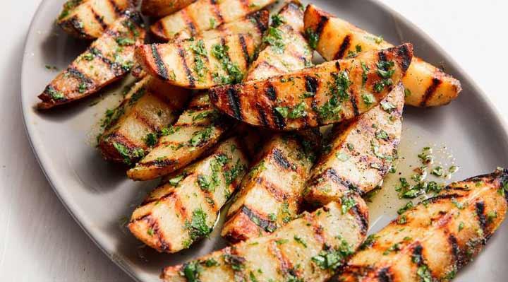 ۱۰ غذای خوشمزه با سیب زمینی - برای تهیه سیب زمینی کبابی به منقل با توری یا گاز گریل نیاز دارید.