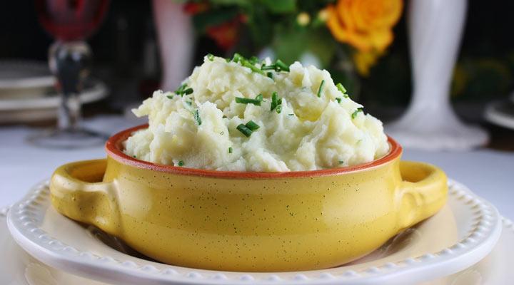 ۱۰ غذای خوشمزه با سیب زمینی - پوره سیب زمینی با کره و سیر و پنیر پارمزان نوعی پوره خوشمزه است.