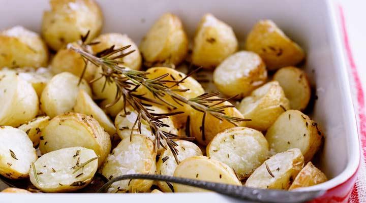 ۱۰ غذای خوشمزه با سیب زمینی - سیب زمینی پختهشده با رزماری را باید در فر درست بکنید.