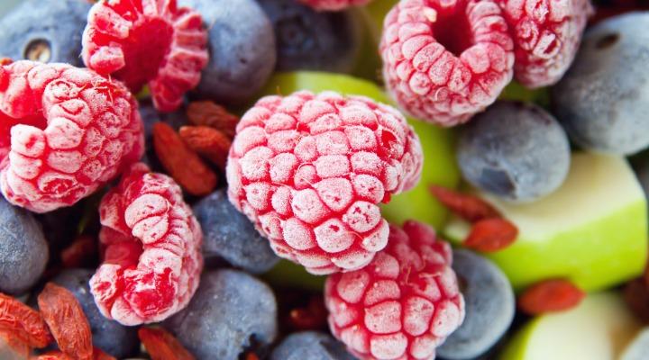 میوههای یخزده پایه مناسبی برای اکثر نوشیدنیهای پروتئینی هستند، چون هم طعم و مزه قویای دارند و هم بخشی از آب موردنیاز را تامین میکنند.