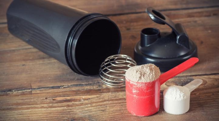 سادهترین راه برای تامین پروتئین مورد نیاز برای نوشیدنی شما، خریداری پودرهای پروتئین آماده است. 