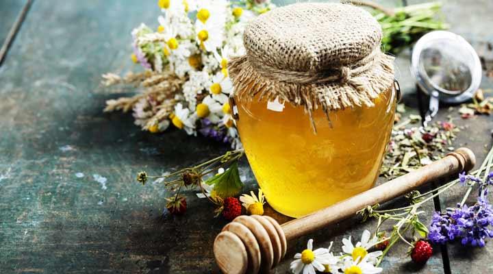 ۱۲ دمنوش برای سرماخوردگی - عسل میتواند به سرکوب سرفههای ناشی از سرماخوردگی کمک بکند.