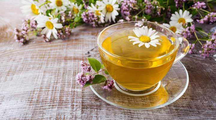 ۱۲ دمنوش برای سرماخوردگی - بابونه خواص ضدباکتری داشته و به درمان عفونتهای مرتبط با سرماخوردگی کمک میکند.