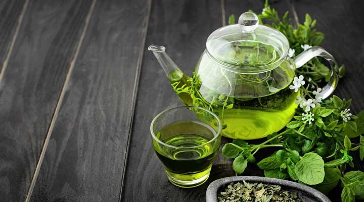 ۱۲ دمنوش برای سرماخوردگی - چای سبز خاصیت ضدالتهابی دارد و به تسکین التهابات و حساسیتهای عامل گلودرد کمک میکند.