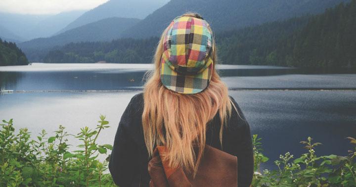 دختر در کنار رودخانه
