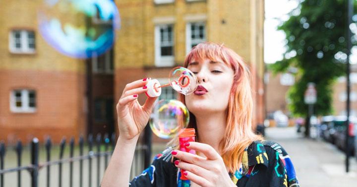 دختر و حباب