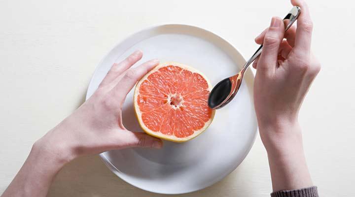 رژیم سم زدایی؛ هرآنچه باید بدانید + برنامه ۷ روزه - برخی غذاها مانند گریپ فروت در سم زدایی بدن موثرند.