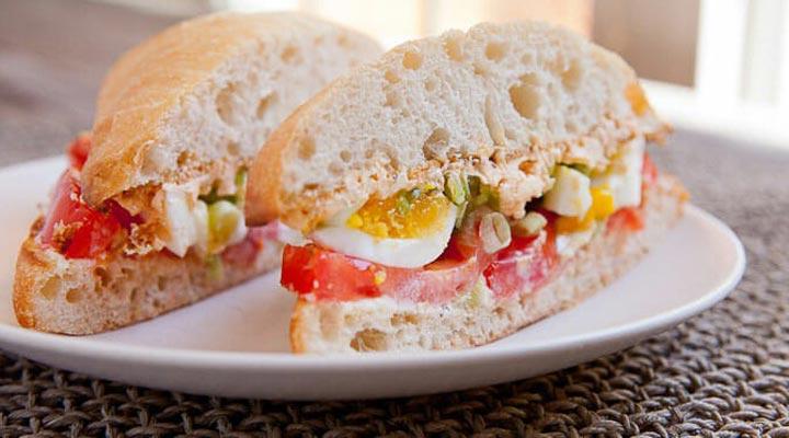 صبحانه رژیمی - ساندویچ تخم مرغ گوجه فرنگ و پیازچه یک صبحانه رژیمی و سالم محسوب میشود.