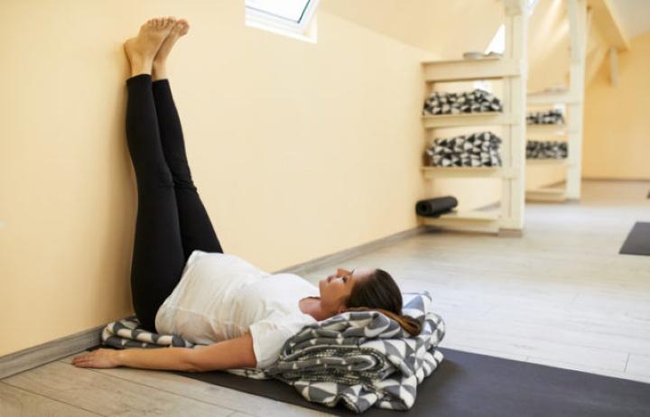 یوگا قبل از خواب - بالا گذاشتن پاها روی دیوار یا ویپاریتا کارانی