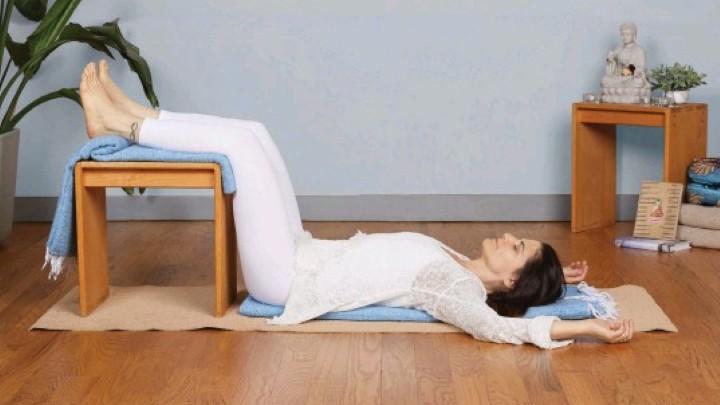 یوگا قبل از خواب - قرار دادن پاها روی صندلی