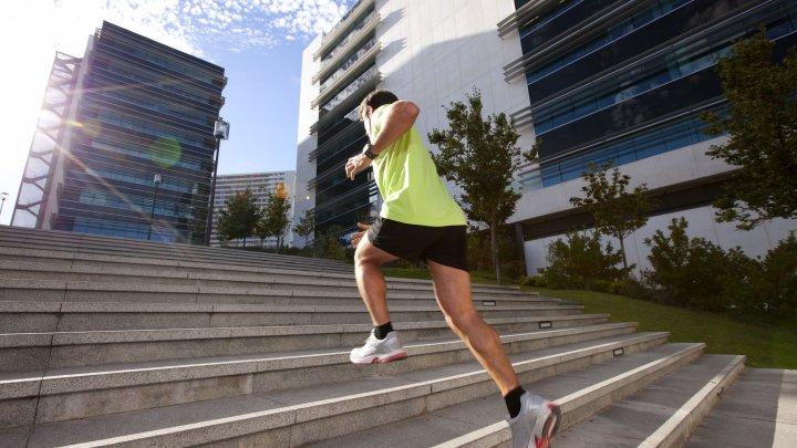 پله نوردی یکی از حرکات ایروبیک با شدت بالا و ورزش های مضر برای دیسک کمر است.