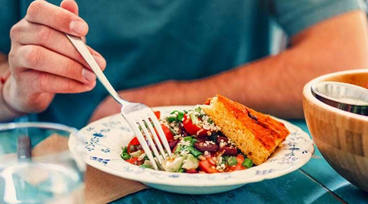 صبحانه رژیمی - افراد وگان علاوه بر گوشتها از مصرف فراوردههای آنها نیز خودداری میکنند.
