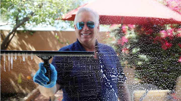 بهترین راه تمیز کردن شیشه و آینه؛ معرفی ترفندها و محصولات کاربردی - یک تی شیشه شو می تواند به تمیزی شیشه کمک بکند.