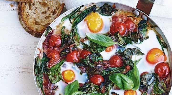 تخممرغ پختهشده در سس گوجه فرنگی تند غذای ساده در فر است.