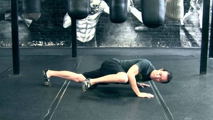شنای سوئدی مرد عنکبوتی از حرکات برنامه تمرینی سیکس پک