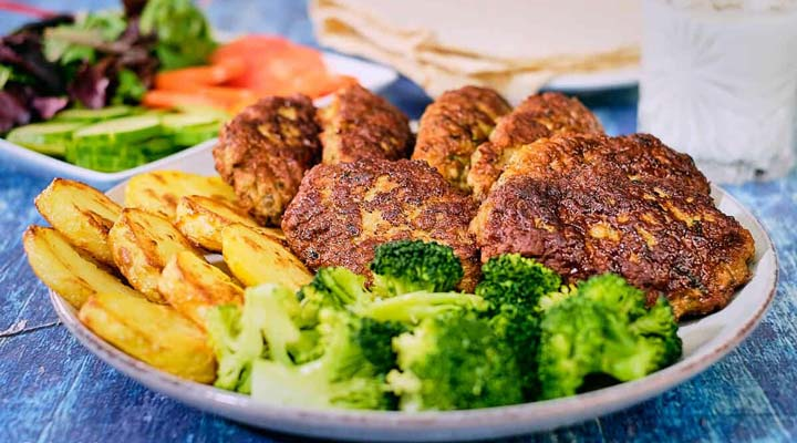 غذا برای افطاری - از غذاهای مناسب ماه رمضان میتوان به کتلت گوشت اشاره کرد.
