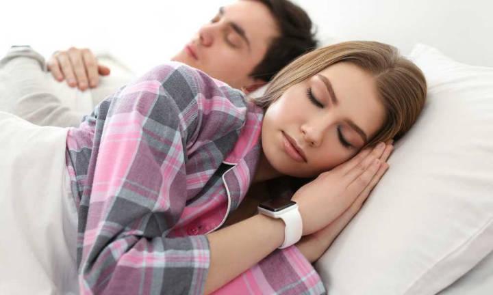سنجش اوضاع خواب شبانه با ساعت و دستبند هوشمند