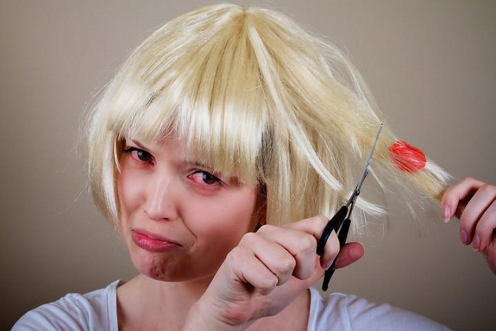 کاربرد نوشابه در جدا کردن آدامس از مو و لباس