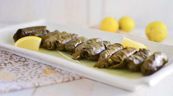 غذا برای افطاری - از غذاهای مناسب ماه رمضان میتوان به دلمه برگ مو اشاره کرد.
