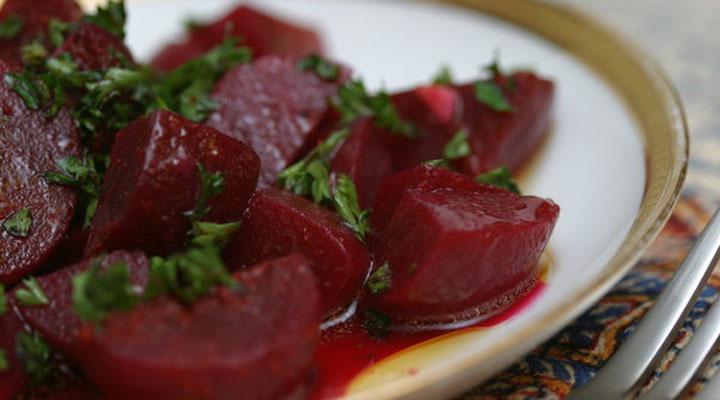 غذا برای افطاری و سحر - از غذاهای مناسب ماه رمضان میتوان به سالاد لبو مدیتران با سیر و روغن زیتون اشاره کرد.