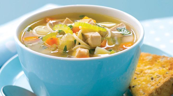 از غذاهای مناسب ماه رمضان میتوان به سوپ نودل و مرغ اشاره کرد - غذای برای افطاری