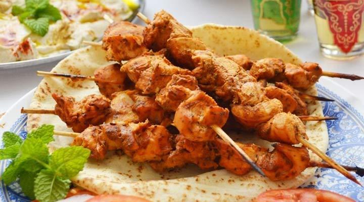 از غذاهای مناسب ماه رمضان میتوان به شیش طاووق اشاره کرد.