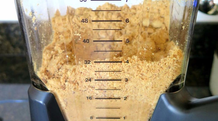 طرز تهیه کره بادام زمینی - در مرحله سوم باید بادام زمینی در غذاساز به بافتی شبیه به شن برسد.