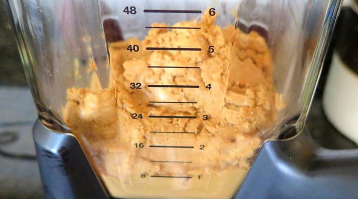 طرز تهیه کره بادام زمینی - در مرحله چهارم باید بادام زمینی در غذاساز به بافتی تودهای برسد.