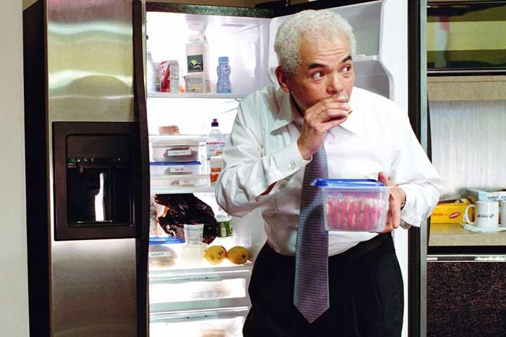دزدین غذا از یخچال مشترک در محیط کار