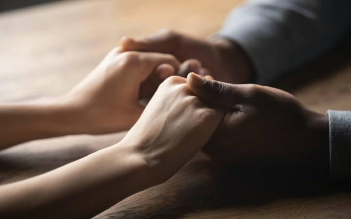 عواملی که احتمال ترس از صمیمیت را بیشتر میکنند