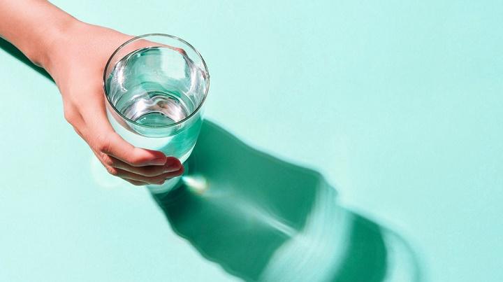 نوشیدن منظم آب برای لاغری سریع شکم بدون ورزش